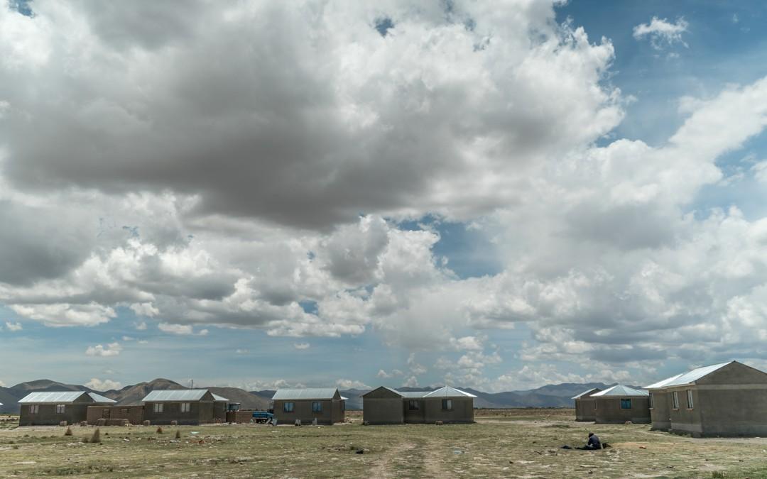 Eso se refleja en su pueblo, Villa Ñeque, donde muchas de las modernas viviendas que entregó el gobierno están vacías.