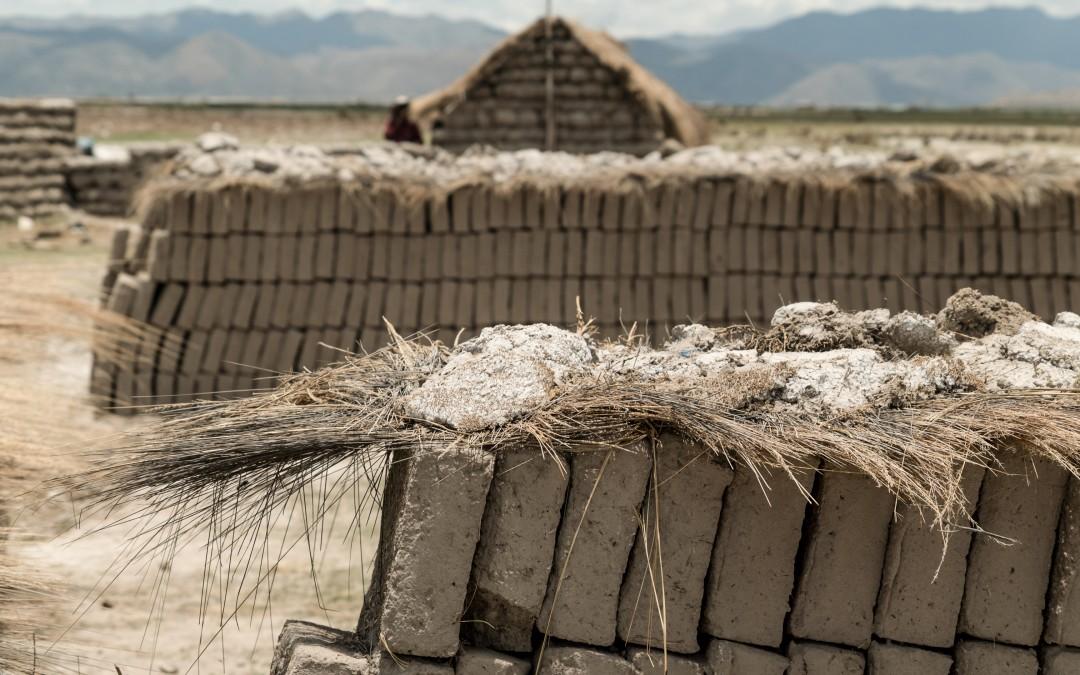 Fabrican sombreros, ponchos y putucos (la vivienda tradicional de adobe de los urus).