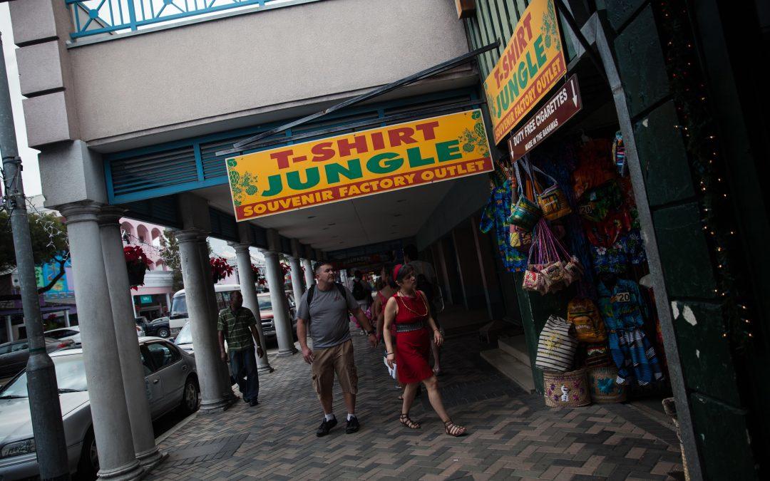 Turistas se asoman a una tienda donde venden souvenirs en Nassau, Bahamas. Almudena Toral/Univision