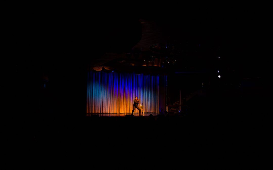 A comedian during a cruise ship's show. There are few U.S. citizens among the 190,000 workers employed by the leading companies in the cruise industry. Almudena Toral/Univision.