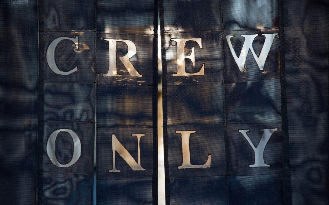 """Un área exclusiva para los tripulantes en un barco de Carnival apodada """"I-95"""". Detrás de la cortina se halla el principal corredor para los trabajadores, que une la cantina, la sala de descanso, la lavandería y sus camarotes. Algunas de las habitaciones están casi sumergidas bajo el agua y en ellas conviven, en literas, entre dos y tres empleados. Almudena Toral/Univision"""