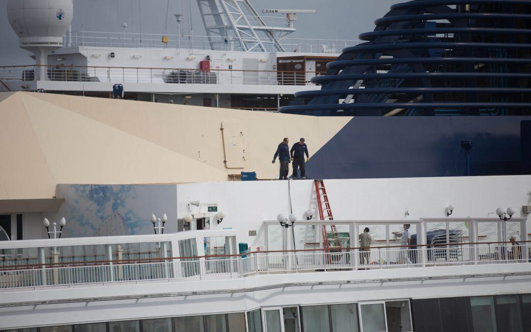 Unos trabajadores de mantenimiento en un barco de Norwegian en una de sus paradas en Nassau, Bahamas. Almudena Toral/Univision