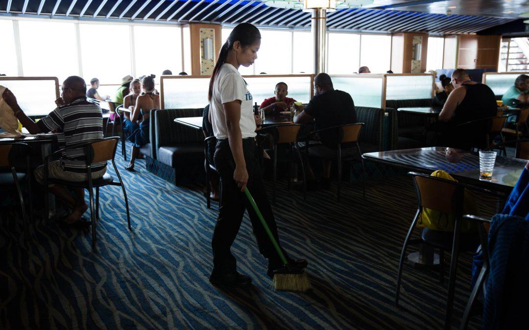 Una trabajadora de Carnival limpia un comedor. La mayoría de empleados viene del Sudeste asiático, Latinoamérica, el Caribe y Europa del Este. Sus contratos dependen normalmente de la legislación laboral del país de la bandera del barco. Almudena Toral/ Univision