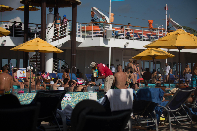 Trabajar en los cruceros una maquila en alta mar univision for Piscina la almudena