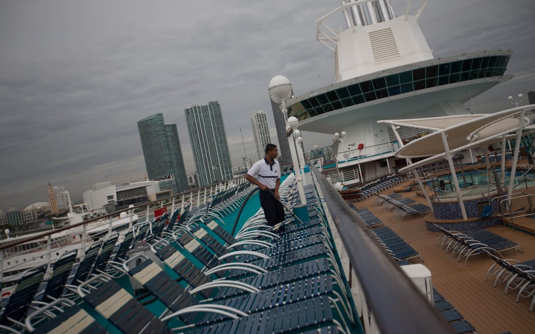 De regreso al puerto de Miami, un trabajador limpia la cubierta de un barco. En un par de horas volverán a embarcar unos 2,700 pasajeros. Almudena Toral/Univision