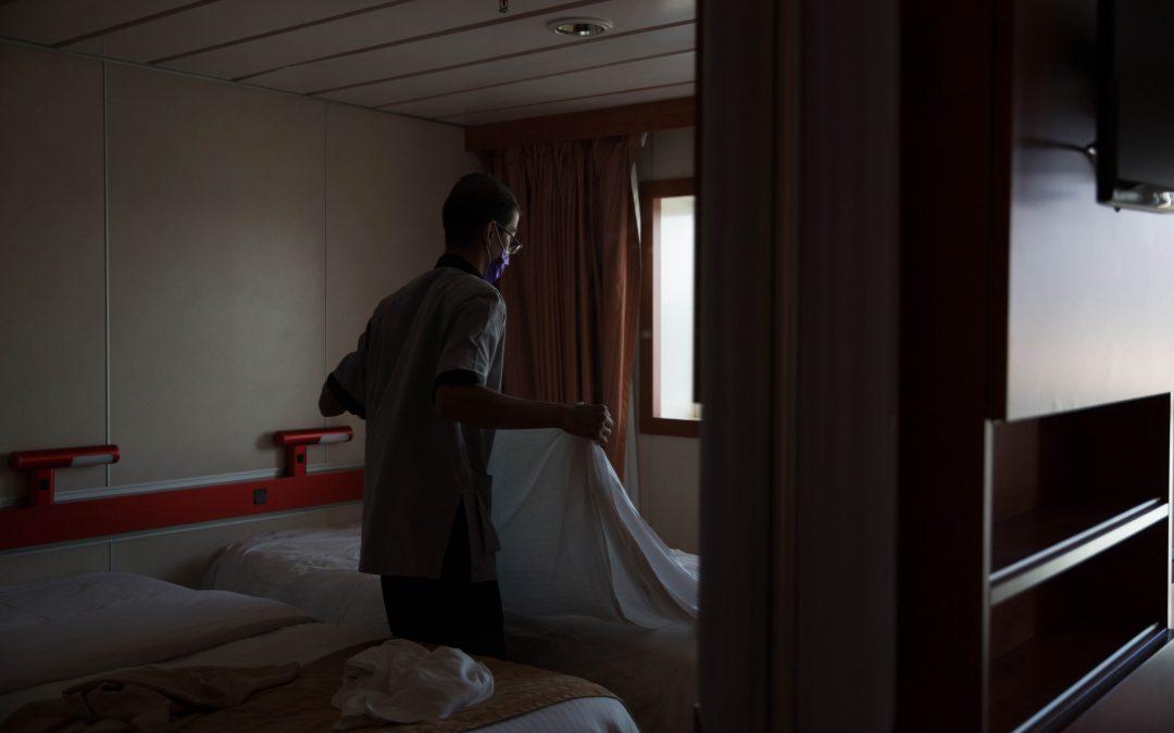 Un trabajador de Indonesia prepara una cama durante una mañana de desembarco. Almudena Toral/Univision