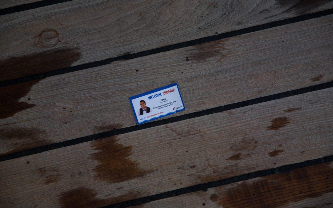Una tarjeta de visita extraviada de un limpiador de camarotes en la cubierta de un barco de Carnival. Los pasajeros pueden llamar al responsable de su cabina a cualquier hora del día. La industria de los cruceros, con las corporaciones de Carnival y Royal Caribbean con el control del 70% del mercado mundial, encuentran principalmente en los países del Tercer Mundo la mano de obra que necesita para ofrecer vacaciones en alta mar. Almudena Toral/Univision