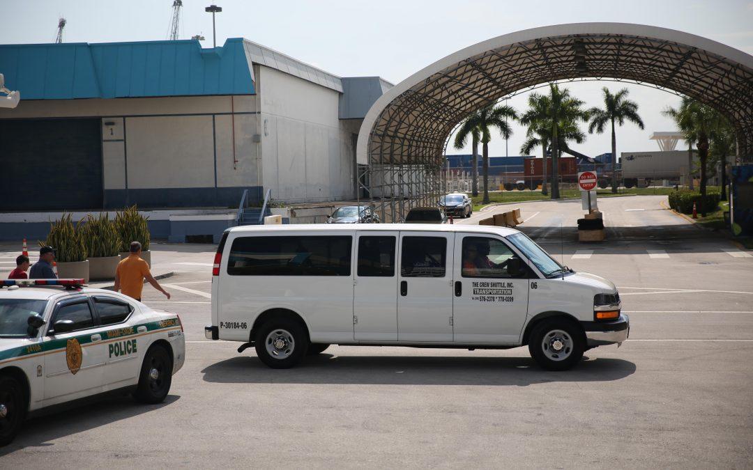 Una furgoneta espera a trabajadores de los cruceros en el puerto de Miami. Varias empresas de la ciudad los transportan al centro para comprar, comer y descansar en sus horas semanales de desconexión. Almudena Toral/Univision