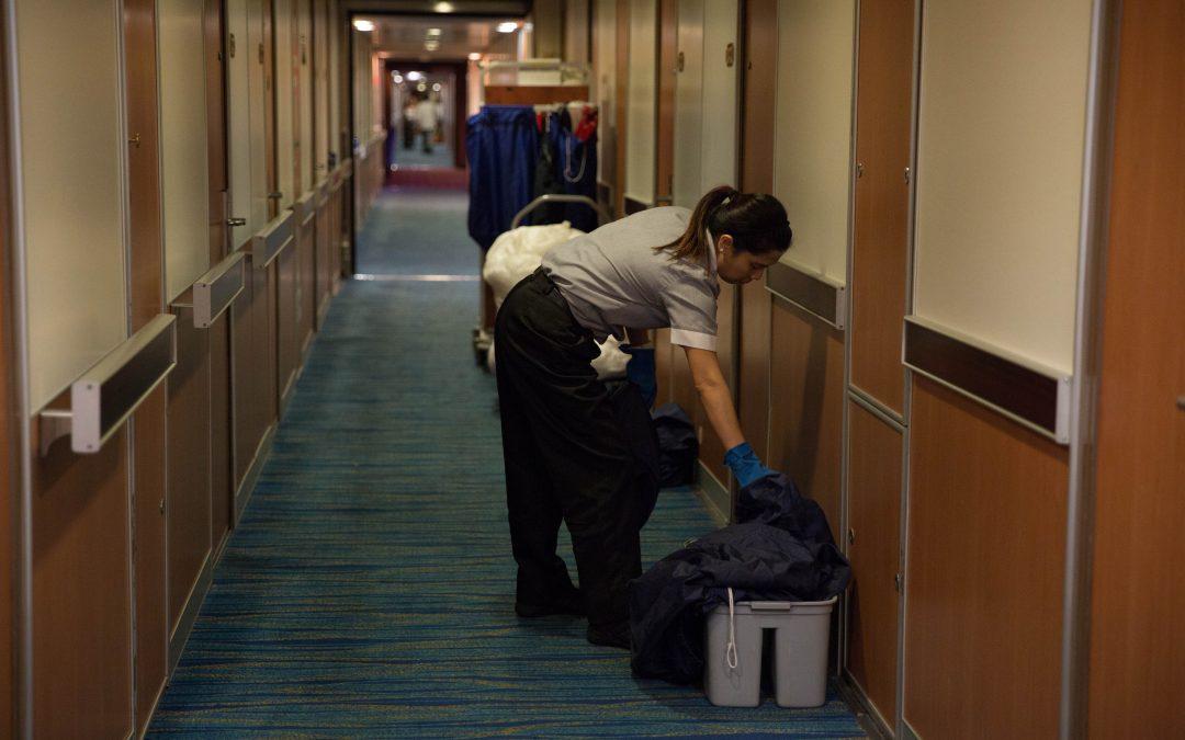 Los trabajadores del servicio de limpieza se encuentran entre los que menos cobran a bordo. Los días más duros son los de embarque y desembarque: tienen que trabajar doble turno. Almudena Toral/Univision