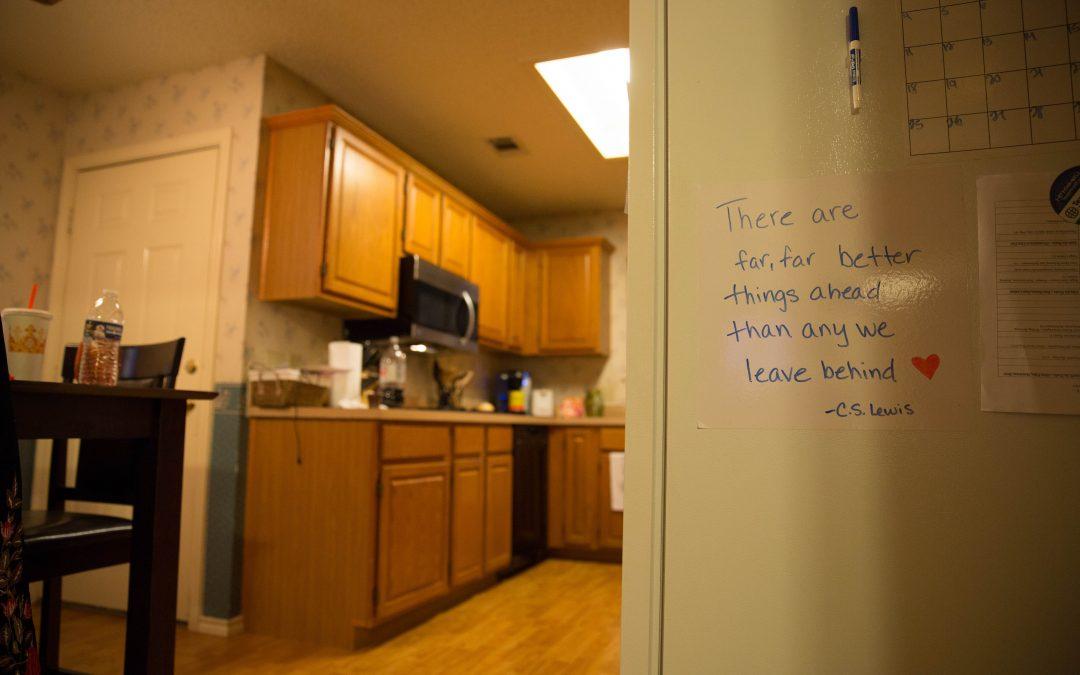 Alyssa ha llenado su casa con mensajes de autoayuda. Ella dice que le dan coraje. Almudena Toral/Univision