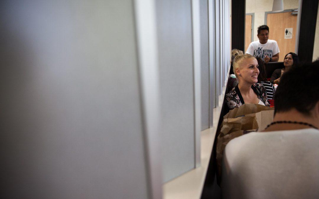 Violeta, una croupier de Rumanía, descansa en un McDonald's de Nassau, Bahamas, muy frecuentado por los tripulantes de los cruceros. Aquí descargan películas, hablan con sus familias por Skype y chatean con sus amigos en sus países de origen. Almudena Toral/Univision