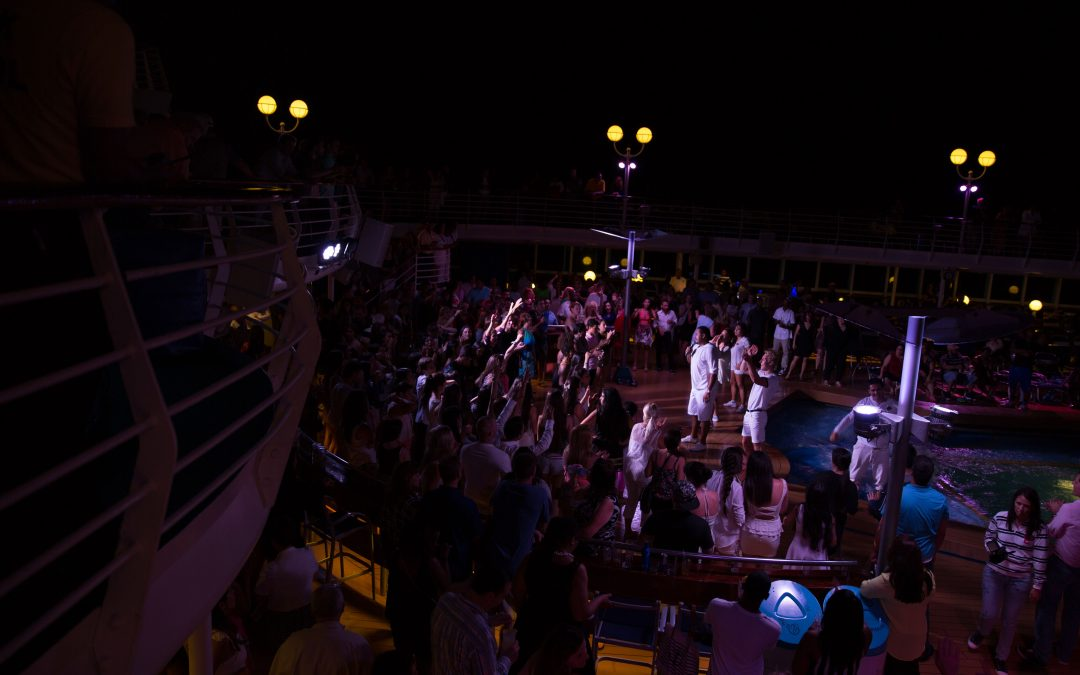An outdoor party at on a Royal Caribbean cruise. Cruises load an average of 1,200 passengers on board. Some even claim to have up to 7 neighborhoods with all sorts of environments and services. Almudena Toral/Univision