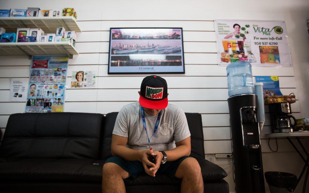 """Este trabajador, que lleva 13 años en la empresa Carnival, se plantea dejar los barcos al final del actual contrato. Las propinas de los clientes, su principal ingreso, se han reducido a la mitad en los últimos años. """"Muchos compañeros ya lo han dejado"""", dice. Almudena Toral/Univision"""