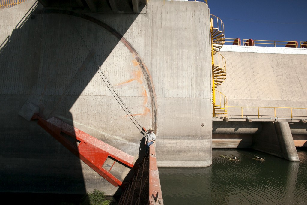 Osvel Hinojosa observa al Río Colorado desde una compuerta de Presa Morelos. Es aquí donde el río es desviado para canales de regadío regadío. Al lecho natural no llegan más que unas pocas gotas, producto de filtraciones de la presa.